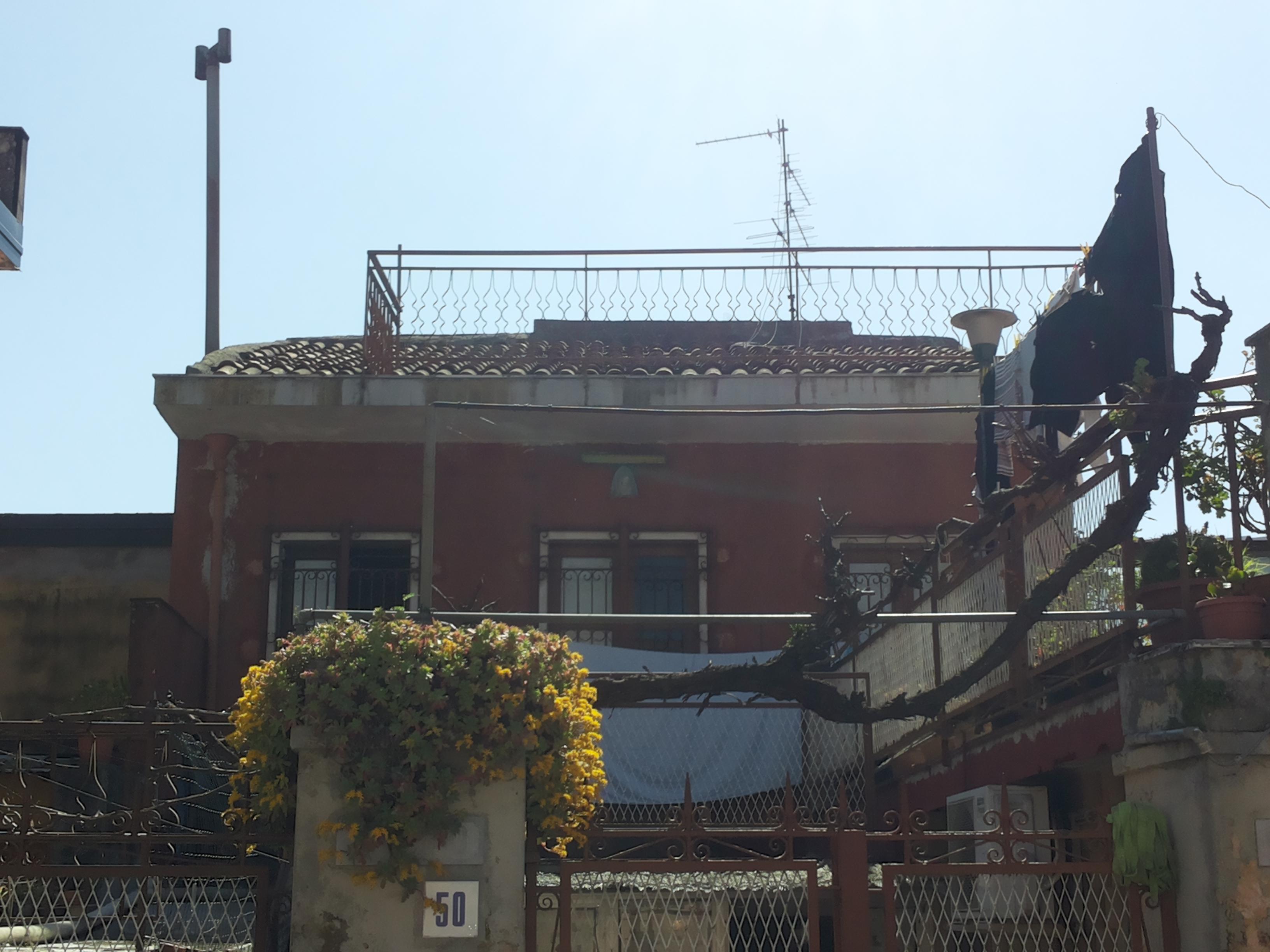Mascalucia centro INDIPENDENTE  2 appartamenti 3+3 vani da ristrutturare