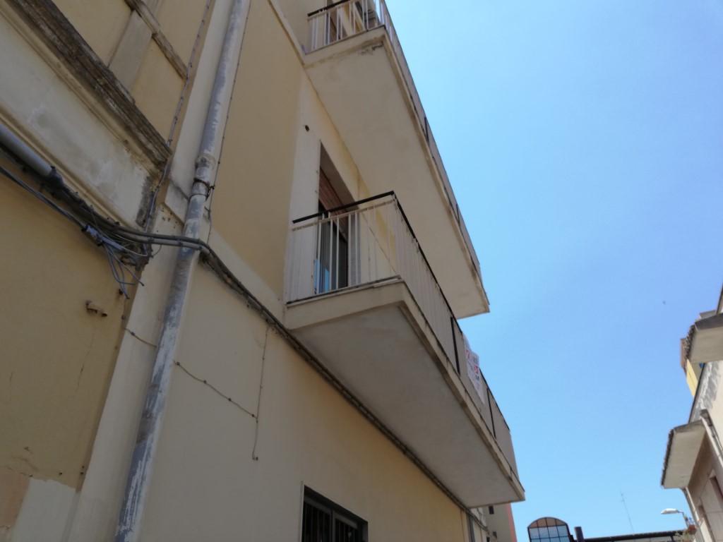 palazzetto di 4 piani per 12 vani +accessori e terrazzo